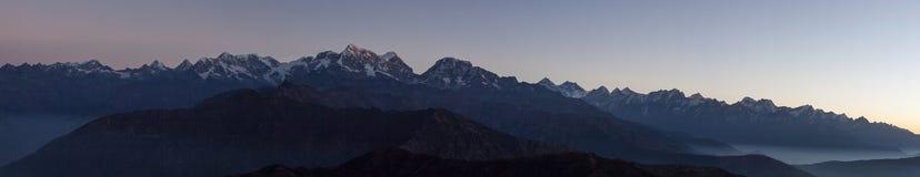 Panoramische Berglandschaft mit erstaunlichem Nebel Lizenzfreie Stockfotografie