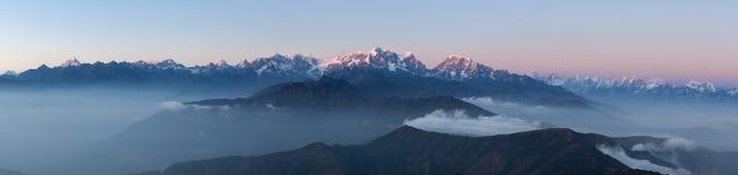 Panoramische Berglandschaft mit erstaunlichen Wolken lizenzfreie stockfotos