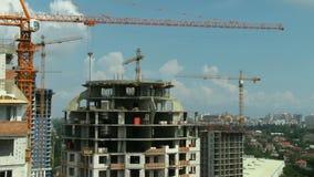 Panoramische beweging De wolkenkrabbershigh-rise van de bouwkranen de projecten van de gebouwenstad stock footage