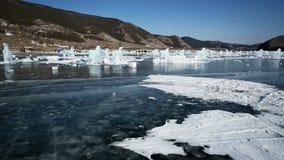 Panoramische Bewegung entlang einem Eisblock stock video footage