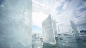 Panoramische Bewegung entlang einem Eisblock stock video