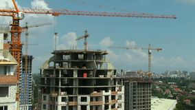 Panoramische Bewegung Stadtprojekte der Baukranwolkenkratzerhohen gebäude stock footage