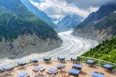 Panoramische Caféterrasse mit Ansicht über Gletscher Mer de Glace, in Chamonix Mont Blanc Massif, die Alpen Frankreich lizenzfreie stockbilder