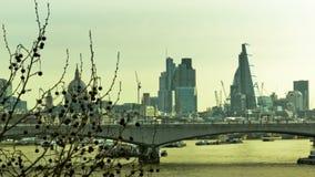 Panoramische cityscape van Londen met wolkenkrabbers en de Brug van Londen stock video