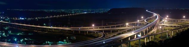 Panoramische cityscape van snelweg in nacht Stock Foto's
