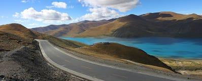 Panoramische de weg van het Meer van de berg Stock Afbeeldingen
