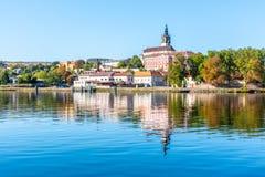 Panoramische die cityscape van Litomerice in Labe-Rivier, Tsjechische Republiek wordt weerspiegeld royalty-vrije stock afbeelding