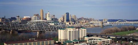Panoramische die middag van de horizon van Cincinnati, Ohio en de Rivier van Ohio wordt geschoten zoals gezien van Covington, KY Stock Foto's