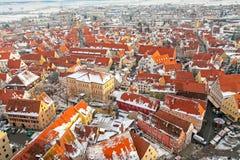 Panoramische Draufsicht über mittelalterliche Stadt des Winters innerhalb der verstärkten Wand Nordlingen, Bayern, Deutschland Stockfoto