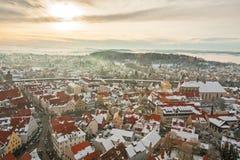 Panoramische Draufsicht über mittelalterliche Stadt des Winters innerhalb der verstärkten Wand Nordlingen, Bayern, Deutschland Stockbild