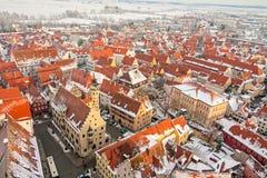 Panoramische Draufsicht über mittelalterliche Stadt des Winters innerhalb der verstärkten Wand Nordlingen, Bayern, Deutschland Stockfotografie