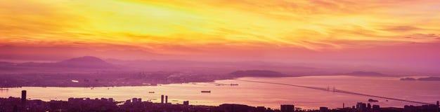 Panoramische Flamme des Sonnenaufgangs über Pulau Penang Stockbilder