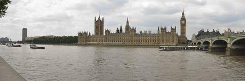 Panoramische foto van de huizen van het parlement en de brug van Westminster in Londen Royalty-vrije Stock Fotografie