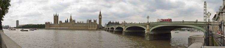 Panoramische foto van de huizen van het parlement en de brug van Westminster in Londen Royalty-vrije Stock Afbeeldingen