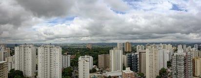 Panoramische foto van Dos van Jose van stadssao Campos - Sao Paulo, Brazilië - met bewolkte hemel royalty-vrije stock afbeelding