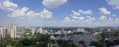 Panoramische foto van Dos van Jose van stadssao Campos - Sao Paulo, Brazilië - met bewolkte hemel stock afbeelding