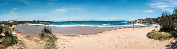 Panoramische foto van een strand met gouden zand in Rafina stock foto's
