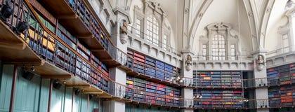 Panoramische foto van het binnenland van de historische Achthoekbibliotheek in Queen Mary, Universiteit van Londen, Mijlbeëindige stock foto's