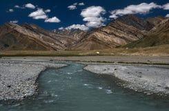Panoramische foto van het mooie hooggebergte van de Zanskar-vallei met het rivierbed van een brede rivier met zuiver aquamarijnwa Stock Foto