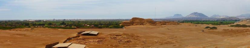 Panoramische foto van Huaca del Sol en archeologische uitgravingen Stock Fotografie