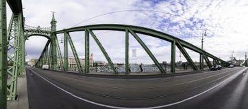 Panoramische Fotografie des Innenraums der Budapest-Freiheits-Brücke, mit seiner Roheisenstruktur und verzierten Türmen stockfotos