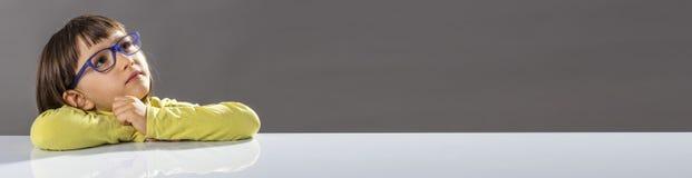 Panoramische grijze banner van het geïnspireerde kind kijken naar slimme toekomst royalty-vrije stock foto's