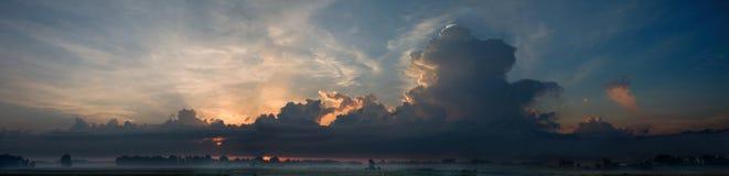 Panoramische hallo onderzoekscombo van zonsopgang met wolken Royalty-vrije Stock Foto's