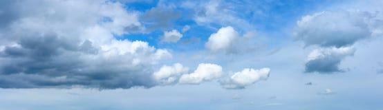 Panoramische hemel met wolken Royalty-vrije Stock Foto's
