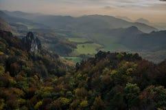 Panoramische herbstliche Ansicht von Sulov Rocky Mountains - sulovske skaly - Slowakei Stockbild