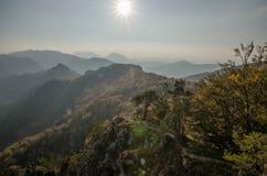 Panoramische herbstliche Ansicht von Sulov Rocky Mountains - sulovske skaly - Slowakei Stockfotografie