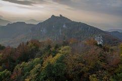Panoramische herbstliche Ansicht von Sulov Rocky Mountains - sulovske skaly - Slowakei Stockfoto