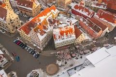 Panoramische hoogste mening over de winter middeleeuwse stad binnen versterkte muur Nordlingen, Beieren, Duitsland Royalty-vrije Stock Foto's