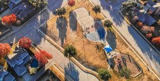 Panoramische hoogste menings woonspeelplaats met kleurrijk dalingsweiland royalty-vrije stock foto
