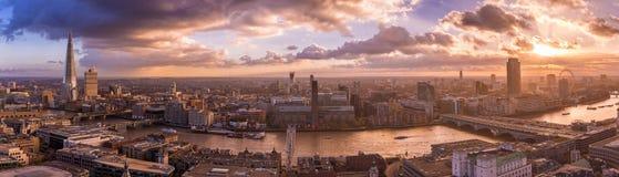 Panoramische horizon van een zuidendeel van Londen met mooie dramatische wolken en zonsondergang - het UK Stock Foto