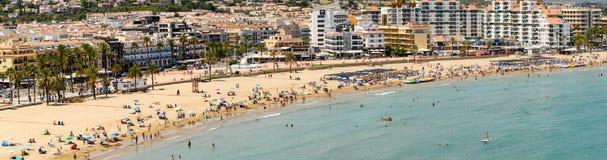 Panoramische Horizonmening van Peniscola-de Toevlucht van het Stadsstrand bij Middellandse Zee Stock Fotografie