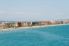 Panoramische Horizonmening van Peniscola-de Toevlucht van het Stadsstrand bij Middellandse Zee Royalty-vrije Stock Afbeelding