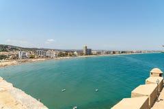 Panoramische Horizonmening van Peniscola-de Toevlucht van het Stadsstrand bij Middellandse Zee Royalty-vrije Stock Afbeeldingen