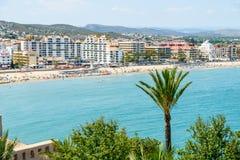 Panoramische Horizonmening van Peniscola-de Toevlucht van het Stadsstrand bij Middellandse Zee in Spanje Royalty-vrije Stock Foto