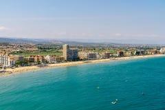 Panoramische Horizonmening van Peniscola-de Toevlucht van het Stadsstrand bij Middellandse Zee in Spanje Royalty-vrije Stock Fotografie