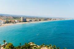 Panoramische Horizonmening van Peniscola-de Toevlucht van het Stadsstrand bij Middellandse Zee in Spanje Royalty-vrije Stock Foto's