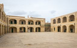 Panoramische interne Ansicht über Gebäude des Forts St Elmo Valletta, Malta, Europa lizenzfreie stockfotos