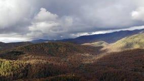 Panoramische 4K-video van een overweldigende berg in de kleuren van de Herfst De grote rokerige gebiedsmening van de bergenhommel stock video