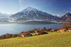 Panoramische lakeview in Zwitserse bergen dichtbij het Thun-meer in wint Royalty-vrije Stock Foto's