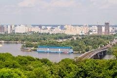 Panoramische Landschaft der modernen sich entwickelnden Metropole mit Fluss a Lizenzfreies Stockbild