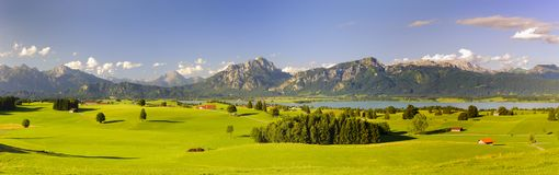 Panoramische Landschaft in der Region Allgaeu mit See- und Alpenbergen Lizenzfreie Stockfotos