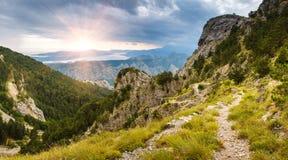 Panoramische Landschaft des Gebirgsrückens mit Weg steigt unten und Kotor-Bucht in Abstand ab Lizenzfreie Stockfotografie
