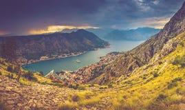 Panoramische Landschaft des Gebirgsrückens mit Weg steigt unten und Kotor-Bucht in Abstand ab Stockbilder