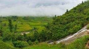 Panoramische Landschaft des hohen Bergdorfes unter Reisterrassen Stockfoto