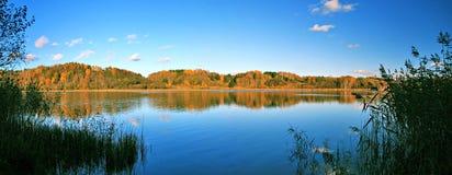 Panoramische Landschaft des schönen Herbstes von See Stockbild