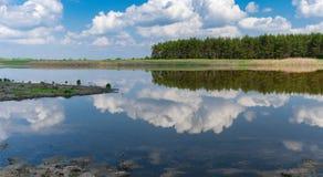Panoramische Landschaft mit See Kozachy Liman in Chernetchina-Dorf, Ukraine stockbild